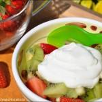 Fragole e kiwi con mousse allo yogurt e miele