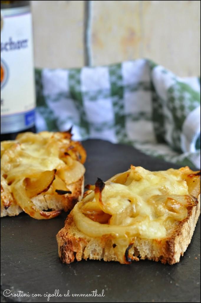 Crostini con cipolla e formaggio emmenthal