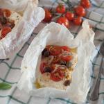 Feta al cartoccio con pomodorini, cipolla e olive