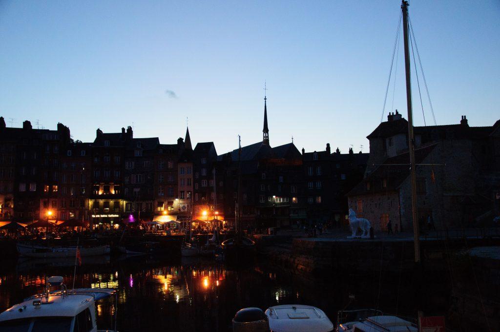 Honfleur-porto-vecchio-di-sera-Normandia