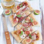 Pizza bianca con fichi, crudo e parmigiano