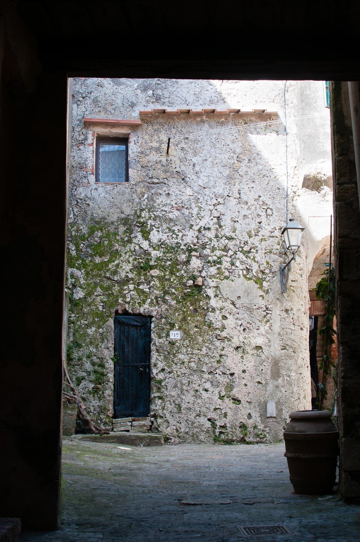 Capalbio centro muro