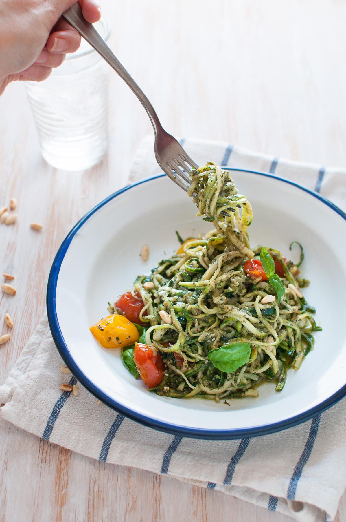 Spaghetti di zucchine al pesto e pomodorini