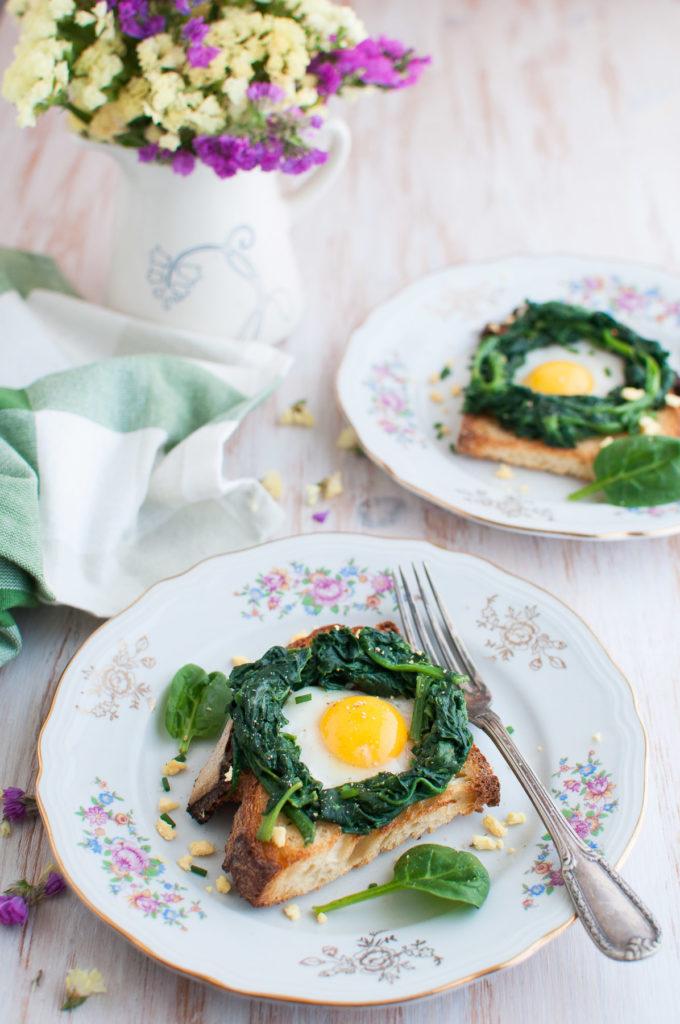 Crostino con nido di spinaci e uovo di quaglia