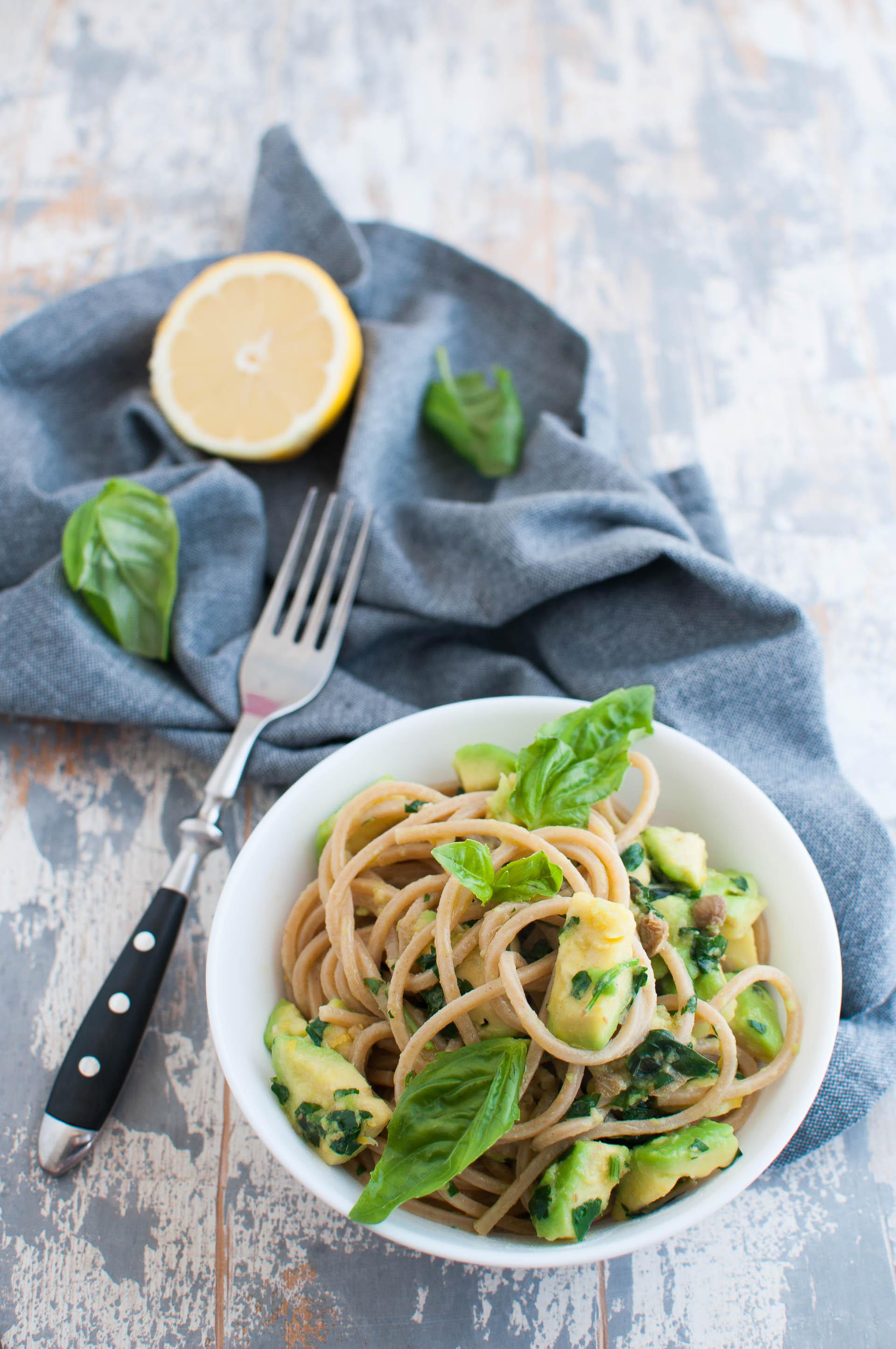 Nocciolo Di Avocado In Acqua spaghetti con avocado e limone