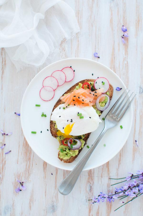 Avocado toast con uovo in camicia