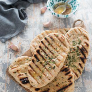 Pane flatbread all'aglio