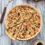Tart con cipolle caramellate feta e olive
