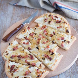 Flammkuchen alsaziana con cipolle e pancetta