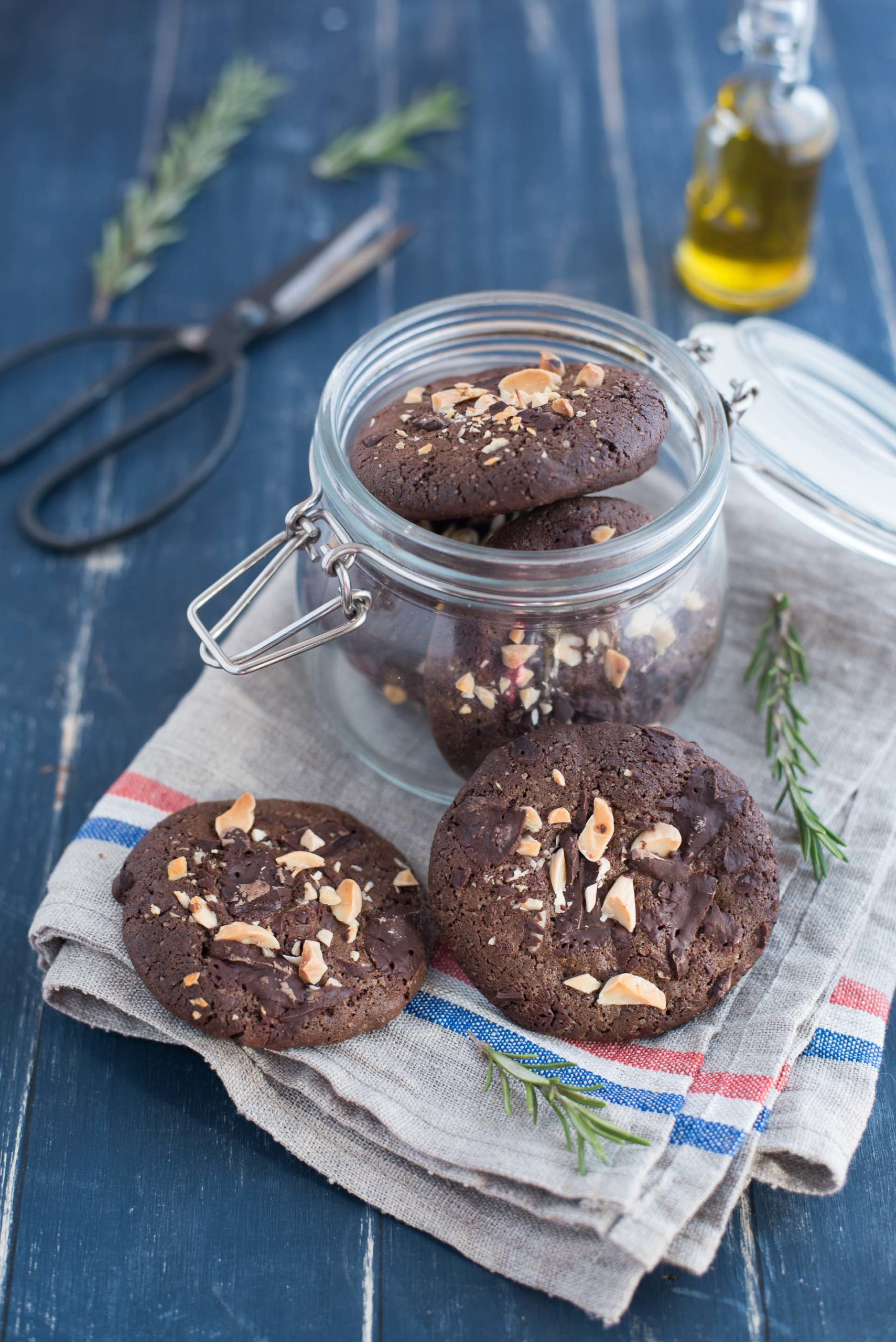 Cookies all'olio d'oliva cioccolato rosmarino e mandorle