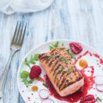 Tataki di salmone con salsa ai frutti rossi
