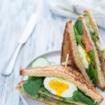 Club sandwich con salmone e maionese di avocado