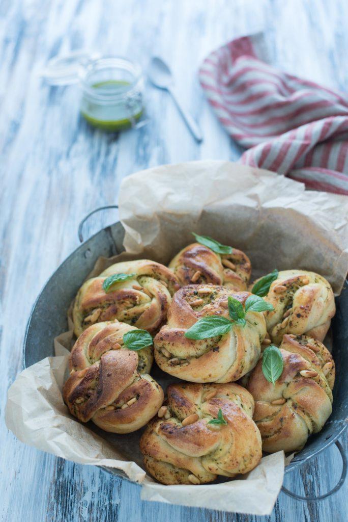 Nodini di pane al pesto
