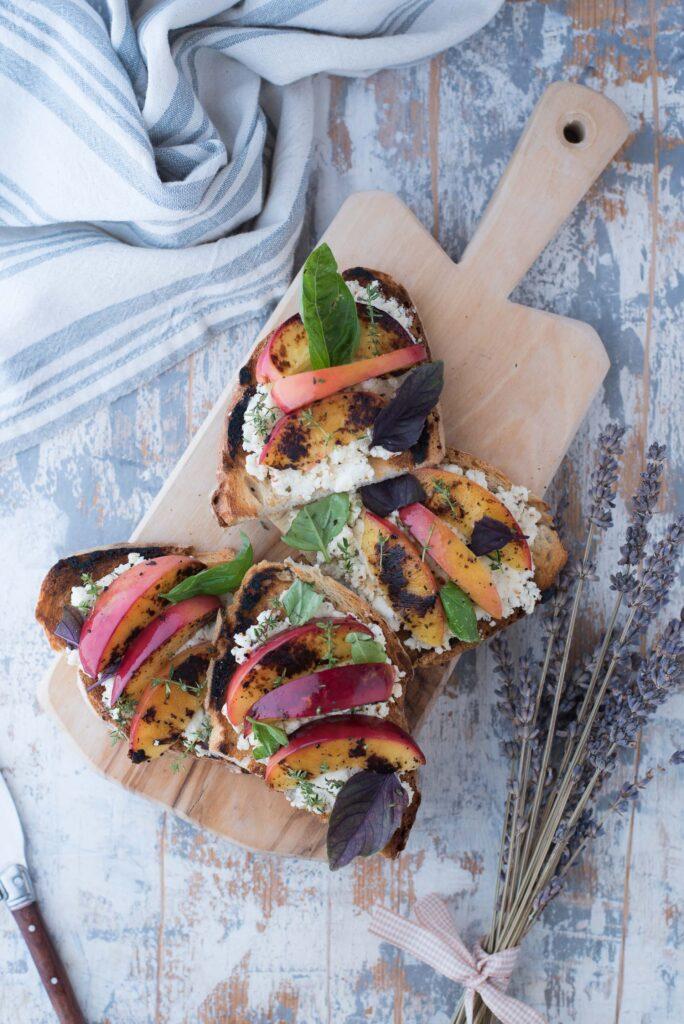 Crostini con pesche grigliate