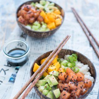 Poké bowl con salmone avocado e mango