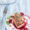 Tataki_di_salmone_con_salsa_ai_frutti_rossi